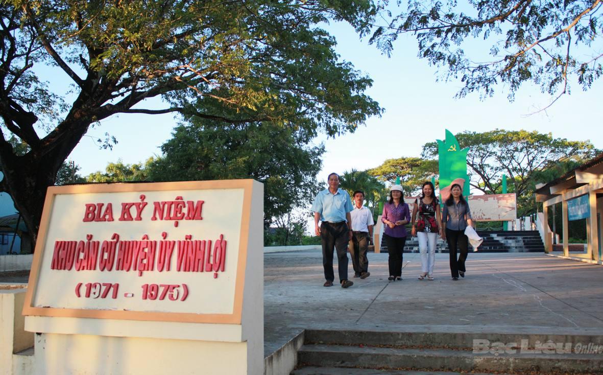 Tham quan hầm bí mật ở khu căn cứ Huyện ủy Vĩnh Lợi