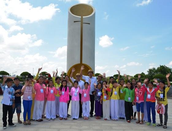 Đồng chí Võ Văn Dũng – UVTW Đảng, Bí thư tỉnh Ủy, Chủ tịch HĐND tỉnh Bạc Liêu đã đến thăm các thí sinh chương trình Giọng ca nhí Hò Xự Xang Xê Cống 2015
